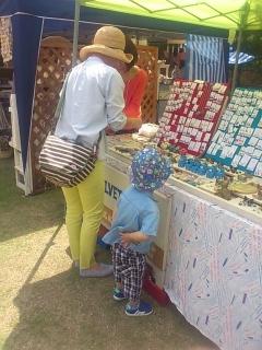 雑貨を物色する連れ合いと息子。
