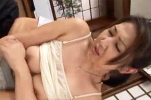 ノーブラキャミソールの熟女に性欲が抑えきれず襲ってしまう真夏の汗だくセックス動画!