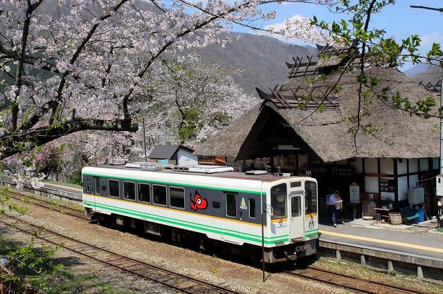 ⑤白い列車とホーム