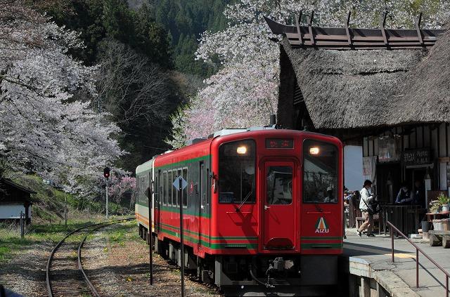 ①赤い列車と駅舎
