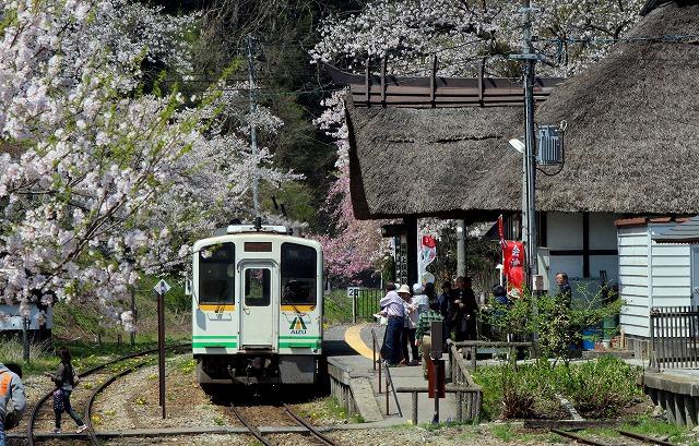 ③白い列車と駅舎