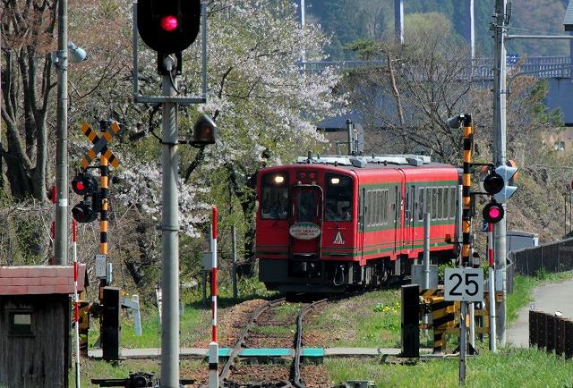 ④赤い列車到着