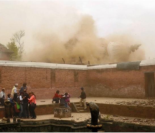 2015-5-1ネパールの寺院倒壊3