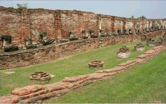 2015-6-11首を切られた仏像が並ぶ