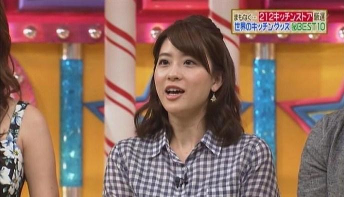 ギンガムシャツを着る郡司恭子