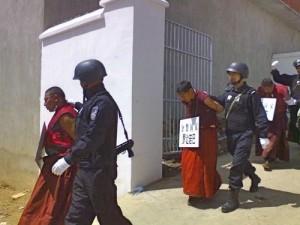 中国共産党武装警官に連行されるチベット僧侶