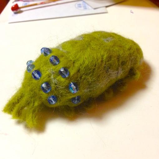 娘ヒヨコがフェルトで作った王蟲。