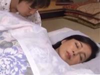 【近親相姦】キレイでいい香りのするお母さんが寝ている隙に布団に潜り込みその体にむしゃぶりつく