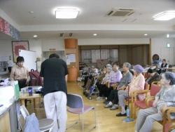 保健施設さくら」でボランティア~歌声伴奏20150528-2