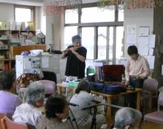 介護老人保健施設さくら」でボランティア~歌声伴奏20150528-3
