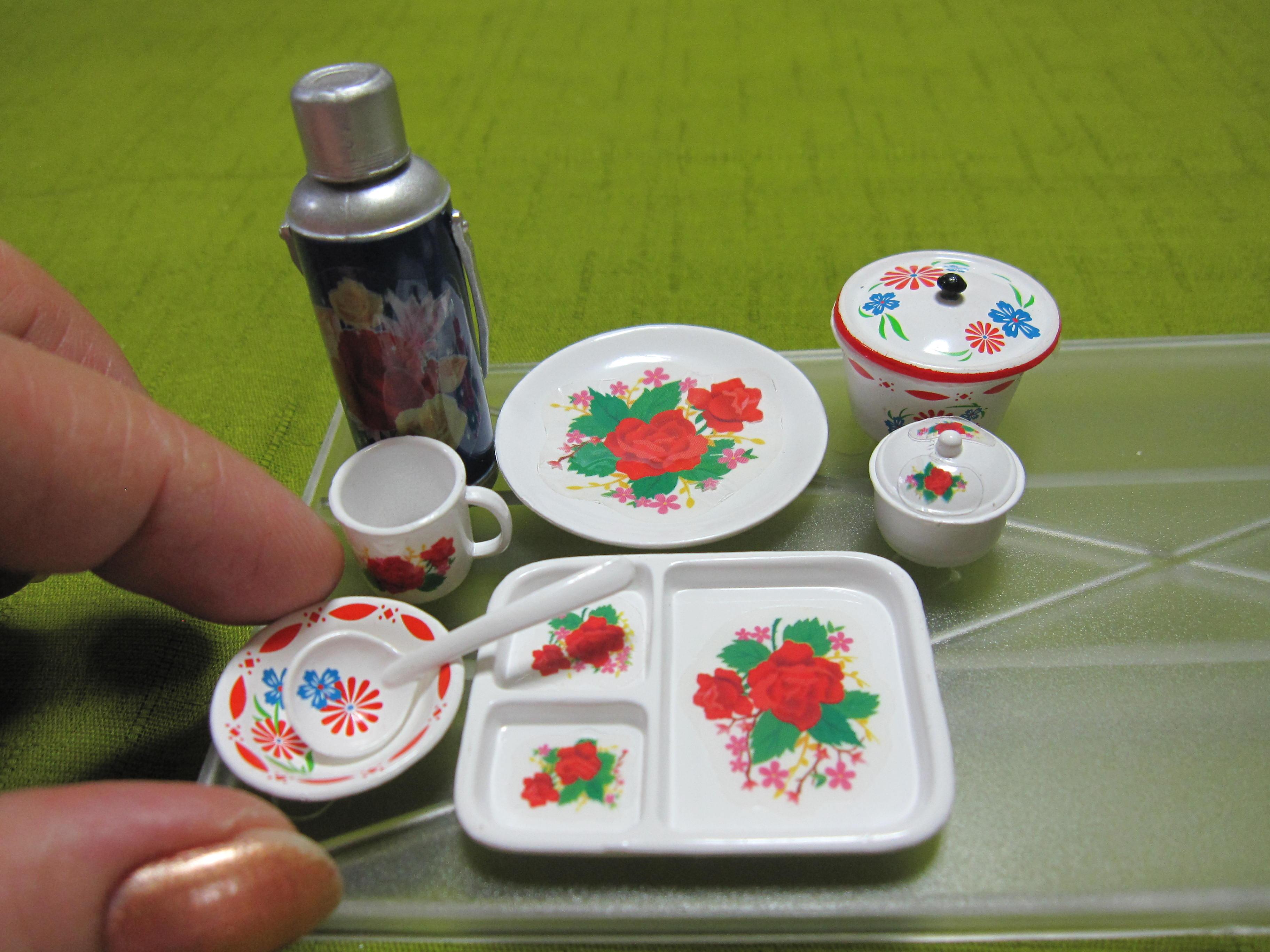 5-3、0739(指を添える)キッチュな花柄食器