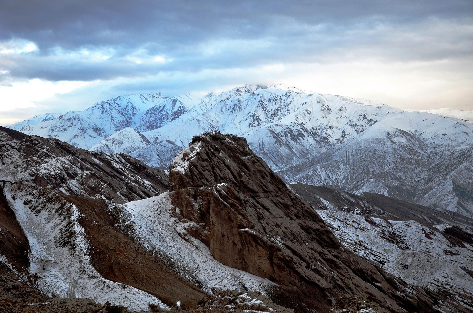 Iran_-_Qazvin_-_Alamout_Castle_View.jpg