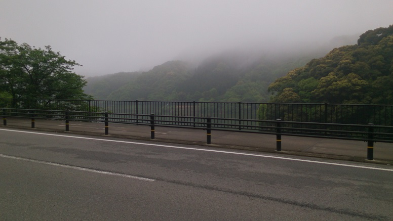 山の中はひどい霧