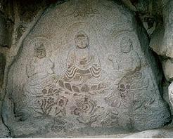 頭塔に彫られている石窟仏