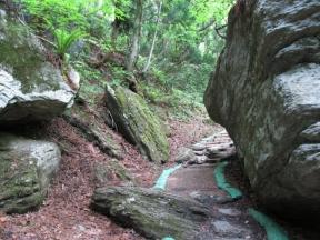 巨大岩の間を通る遊歩道