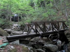 滝手前にかけられた橋