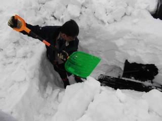 s-墓の雪かき墓の雪かき120305大澤さん雪かき (5)