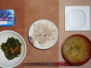 胚芽押麦入り五穀米,納豆,ほうれん草とミックスベジタブルの炒め物,玉葱のおみそ汁,ヨーグルト
