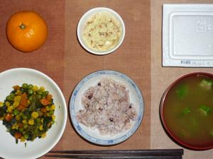 胚芽押麦入り五穀米,納豆,ほうれん草とミックスベジタブルのソテー,マッシュポテト,オクラのおみそ汁,みかん