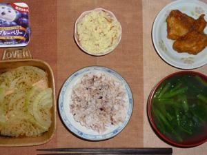胚芽押麦入り五穀米,鶏の唐揚げ,玉葱のオーブン焼き,マッシュポテト,ほうれん草のおみそ汁,ヨーグルト