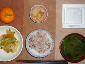 胚芽押麦入り五穀米,納豆,野菜炒め,ジャガイモの甘辛味噌炒め,ほうれん草のおみそ汁,みかん