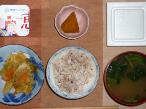 胚芽押麦入り五穀米,納豆,野菜炒め,カボチャの煮物,ほうれん草のおみそ汁,ヨーグルト