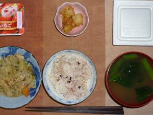 胚芽押麦入り五穀米,納豆,野菜炒め,ジャガイモのみそ和え,ほうれん草のおみそ汁,ヨーグルト