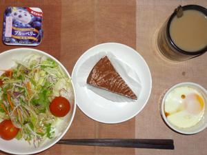 チョコレートケーキ,サラダ,目玉焼き,ヨーグルト,コーヒー