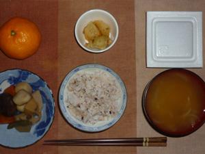 胚芽押麦入り五穀米,納豆,筑前煮風煮物,ジャーマンポテト,玉葱のみそ汁,みかん