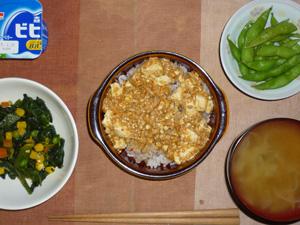 麻婆豆腐丼,ほうれん草とミックスベジタブルのソテー,玉葱のおみそ汁,枝豆,ヨーグルト