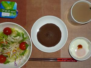 チョコパンケーキ,サラダ,目玉焼き,ヨーグルト,コーヒー