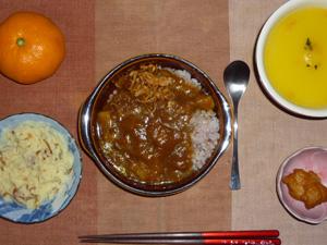ビーフカレーライス,鶏の唐揚げ,マッシュポテト,カボチャのスープ,みかん