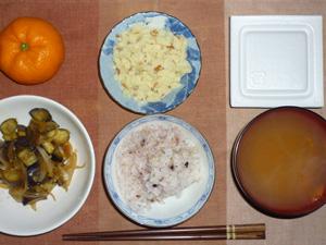 胚芽押麦入り五穀米,納豆,茄子と玉葱の炒め物,マッシュポテト,人参のおみそ汁,みかん
