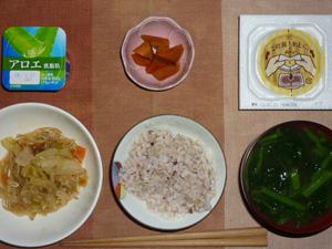 胚芽押麦入り五穀米,納豆,蒸し野菜炒め,人参の煮物,ほうれん草のおみそ汁,ヨーグルト