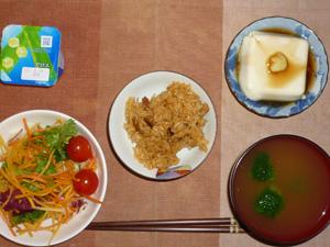 鶏五目おこわ,サラダ,温奴,ブロッコリーのおみそ汁,ヨーグルト