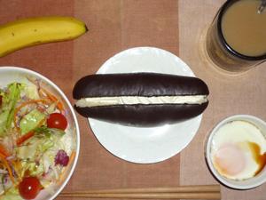 チョコレートパン,サラダ,目玉焼き,バナナ,コーヒー