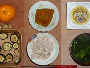 胚芽押麦入り五穀米,納豆,茄子のオーブン焼き,カボチャの煮物,ほうれん草のおみそ汁,みかん