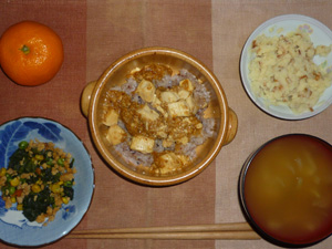 麻婆豆腐丼,ほうれん草とミックスベジタブルのソテー,マッシュポテト,玉葱のおみそ汁,みかん