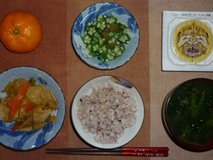 胚芽押麦入り五穀米,納豆,肉と野菜の炒め物,オクラのおひたし,ほうれん草のおみそ汁,みかん