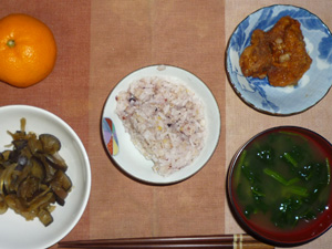 胚芽押麦入り五穀米,鶏の唐揚げ,茄子と玉葱の炒め物,ほうれん草のおみそ汁,みかん
