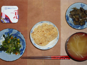 鶏五目御飯,ほうれん草とミックスベジタブルのソテー,茄子と玉葱の炒め物,もやしのおみそ汁,ヨーグルト