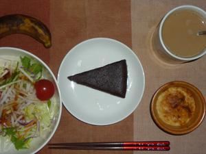 チョコレートケーキ,サラダ,豆腐と鶏ひき肉のココット,バナナ,コーヒー