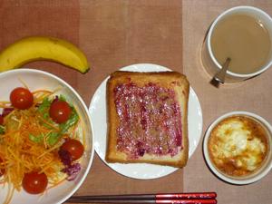 ブルーベリージャムトースト,サラダ,卵とひき肉のココット,バナナ,コーヒー