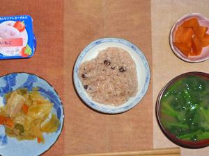 赤飯,肉野菜炒め,人参の煮物,ほうれん草のお味噌汁,ヨーグルト