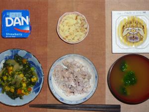胚芽押麦入り五穀米,納豆,ほうれん草のミックスベジタブルのソテー,マッシュポテト,ブロッコリーのおみそ汁,ヨーグルト