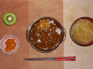 チキンカレーライス,人参の煮物,もやしのおみそ汁,キウイフルーツ