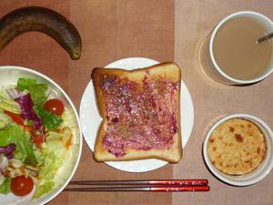 ブルーベリージャムトースト,サラダ,鶏ひき肉と豆腐のココット,サラダ,バナナ,コーヒー
