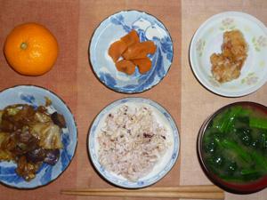 胚芽押麦入り五穀米,キャベツと茄子の甘辛味噌炒め,竜田揚げ,人参の煮物,ほうれん草のおみそ汁,みかん