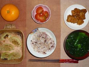 胚芽押麦入り五穀米,鶏の唐揚げ,トマト,玉葱のオーブン焼き,ほうれん草のおみそ汁,みかん