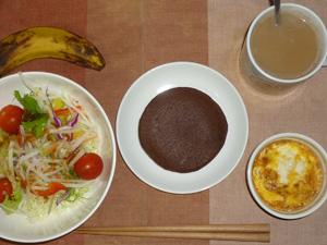 チョコパンケーキ,サラダ,鶏ひき肉と玉葱のココット,バナナ,コーヒー
